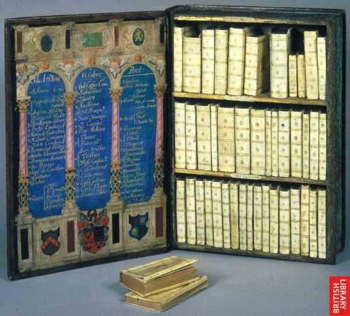 Libreria da viaggio di Sir Julius Caesar, contenuta in una scatola a forma di libro